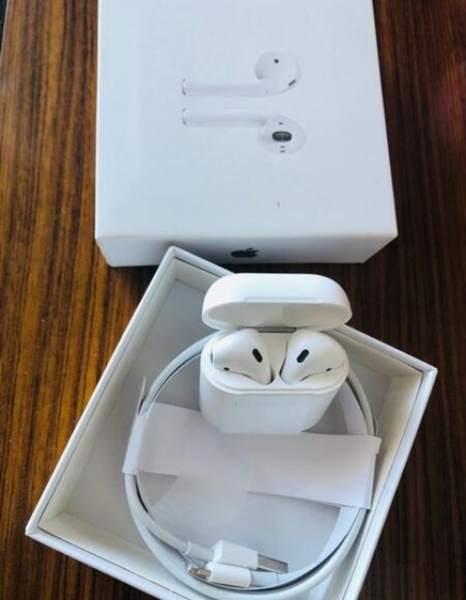 Used White color..n Wireless bluetooth.. pods in Dubai, UAE