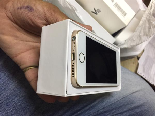 Used Iphone 5s 32gb Gold Orginal Brand New Used Only Few Month Complet Box  in Dubai, UAE