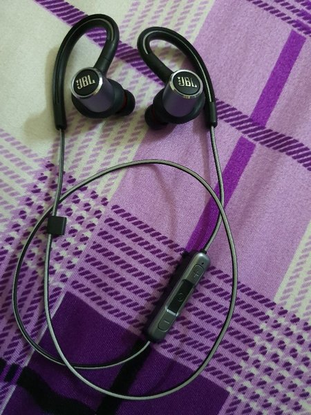 Used JBL orignal headset with all accessories in Dubai, UAE