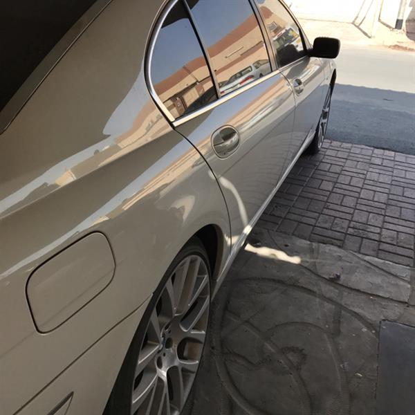 Used Bmw model 730li white color 6 cylinder at the top of cleanliness in Dubai, UAE