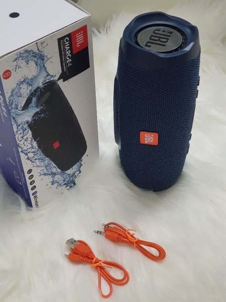 Used Dark blue☆☆JBL speakers charge4 in Dubai, UAE