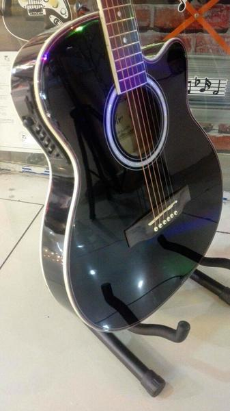 Used Brand New Semi acoustic Guitar in Dubai, UAE