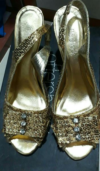 Used Golden Shoes New Size 38.Brand Offer Sho in Dubai, UAE