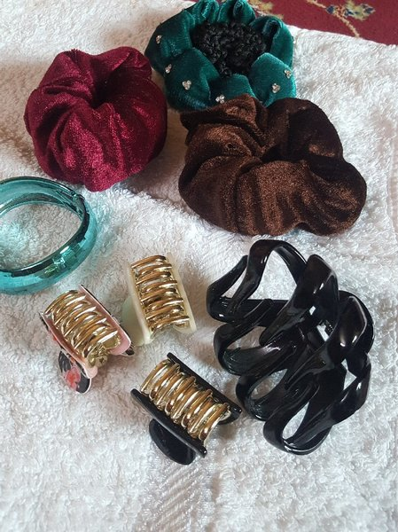 Used Hair bands,hair clips and a bracelet new in Dubai, UAE
