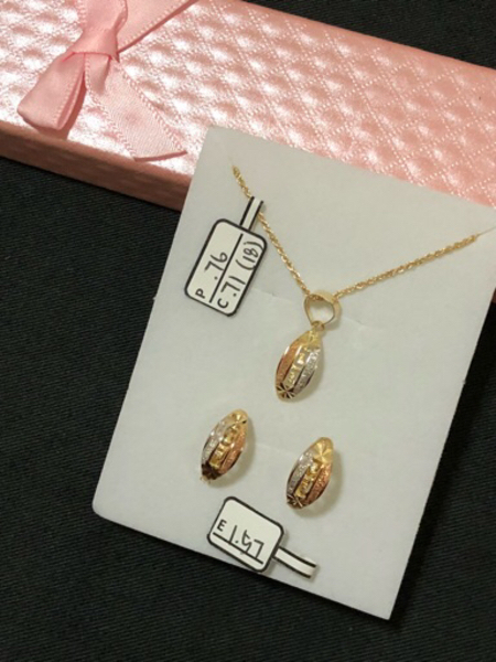 Used Set necklace and earrings w/ 3.04 grams in Dubai, UAE
