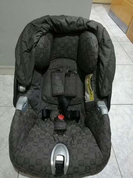 Used Baby car seat for 1 year old baby in Dubai, UAE