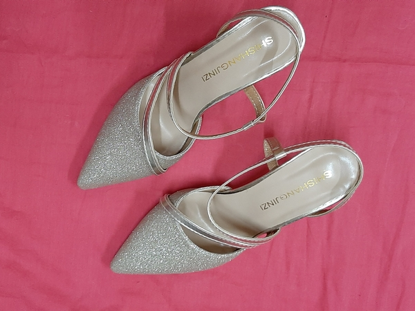 Used Ladies peeps golden + 2 shoe trees in Dubai, UAE