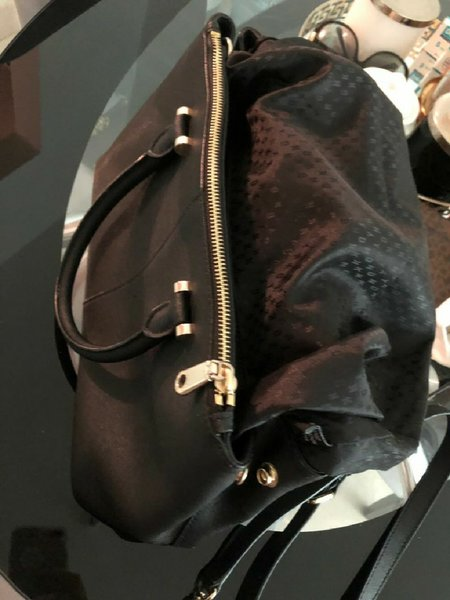 Used DKNY AUTHENTIC BAG USED NO FLOW in Dubai, UAE