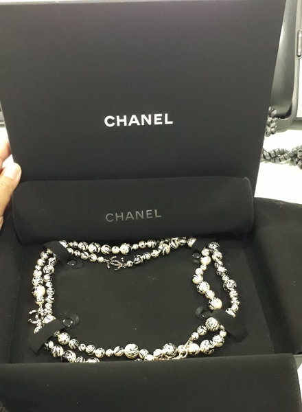 Used CHANEL Paint Splatter Pearl Strand Neckl in Dubai, UAE