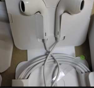 Used Apple ear pods only work with apple  in Dubai, UAE