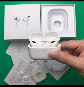 Used APPLE WIRLESS AIRPODS FREE COVER! 😚 in Dubai, UAE