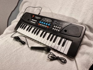 Used Electronic keyboard with mic and cable in Dubai, UAE